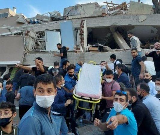 La búsqueda y labores de rescates de víctimas ha comenzado en Esmirna.