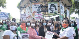 MOVIDA entrega el documento de la Agenda de Igualdad a la gobernadora Rosa Santos y a Maira Cerda de la Oficina Provincial de la Mujer