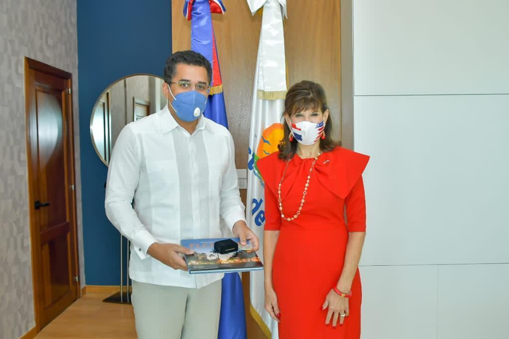 Ministro-de-Turismo-se-reune-con-la-embajadora-de-Estados-Unidos-Robin-Bernstein-1