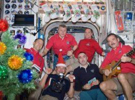 Los astronautas (de izquierda a derecha) Thomas H. Marshburn, Roman Y. Romanenko, Oleg V. Novitski, Yevgeni I. Tarelkin, Kevin A. Ford y Chris A. Hadfield en la Navidad de 2012 durante la expedición 34 en la Estación Espacial Internacional. NASA