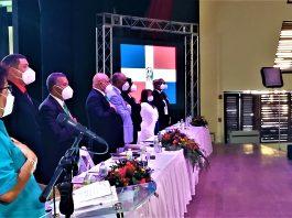 La mesa principal de la XVIII Asamblea General por Delegados y 55 Asamblea General Ordinaria. Al centro en traje gris, el profesor Julito Fulcar Encarnación.