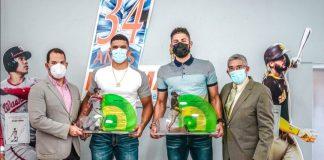 Juan Carlos Gómez y Lorenzo Gómez Marín entregan los reconocimientos a los jugadores honrados con placas especiales de Logomarca.