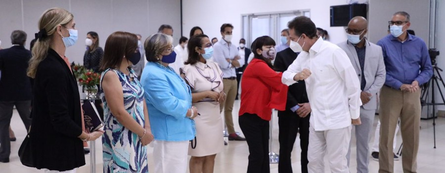 Ministro Bisonó saluda a los asesores del programa.