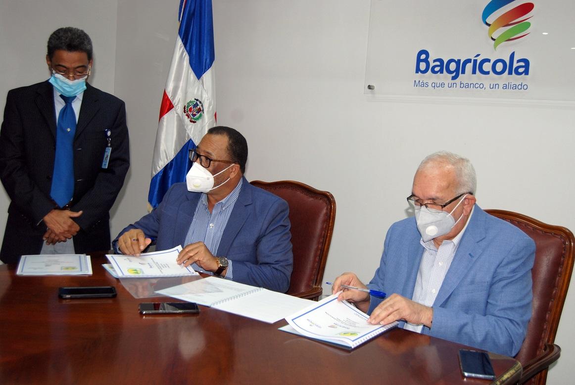 Suscriben el acuerdo para prestar 650 millones de pesos a las cooperativas agropecuarias y de producción, los licenciados Franco de los Santos, por IDECOOP, y Fernando Durán, por el Bagrícola.