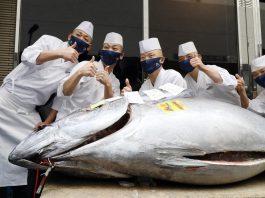 Atún subastado en la lonja Toyosu de Tokio, Japón, el 5 de enero de 2021. EFE/EPA/JIJI PRESS