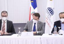 Álvaro Sousa, presidente de ADIPLAST, Víctor -Ito- Bisonó, ministro del MICM, y Celso Marranzini, presidente de la AIRD, firmaron el acuerdo marco de colaboración interinstitucional.