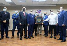 Los viceministros de Deportes, Franklin De la Mota, Kennedy Vargas y Elvys Duarte entregan la placa a Mejía Oviedo. Figuran, Antonio Acosta, Nelson Ramírez, Rafael Uribe y Manuel López.