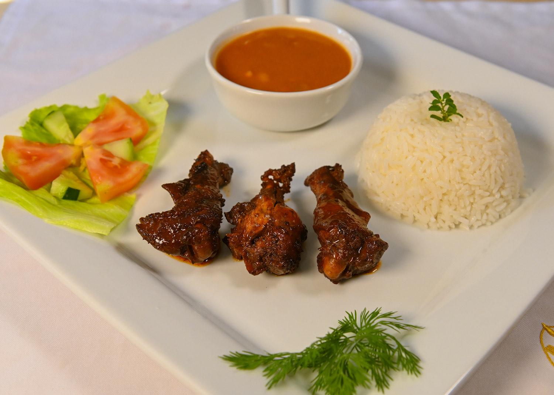Gastronomia higueyana La-bandera dominicana Arroz, Habichuela, carne de gallina criolla y ensalada verde El Patio de Minerva