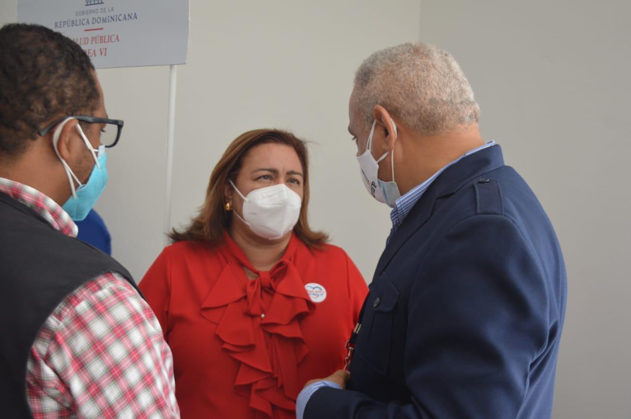 La doctoraMaría Isabel Tavárez conversa con Alexis Beltré presidente de Acroarte