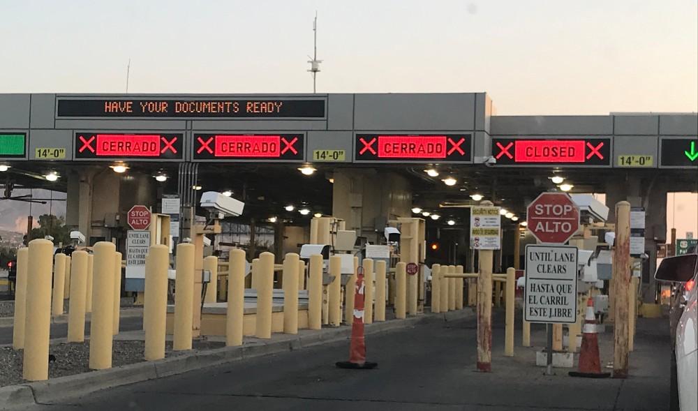 (Reuters) - Las restricciones de viajes no esenciales en la frontera común entre Estados Unidos y México estarán vigentes por lo menos otro mes más