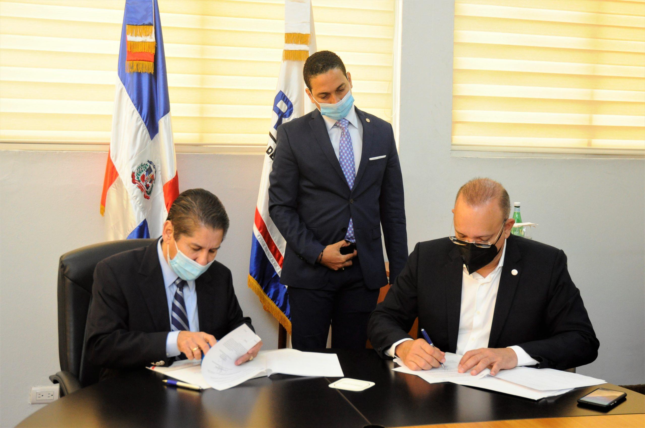 José Aníbal Vargas y Ulises Rodríguez cuando proceden a firmar el acuerdo.