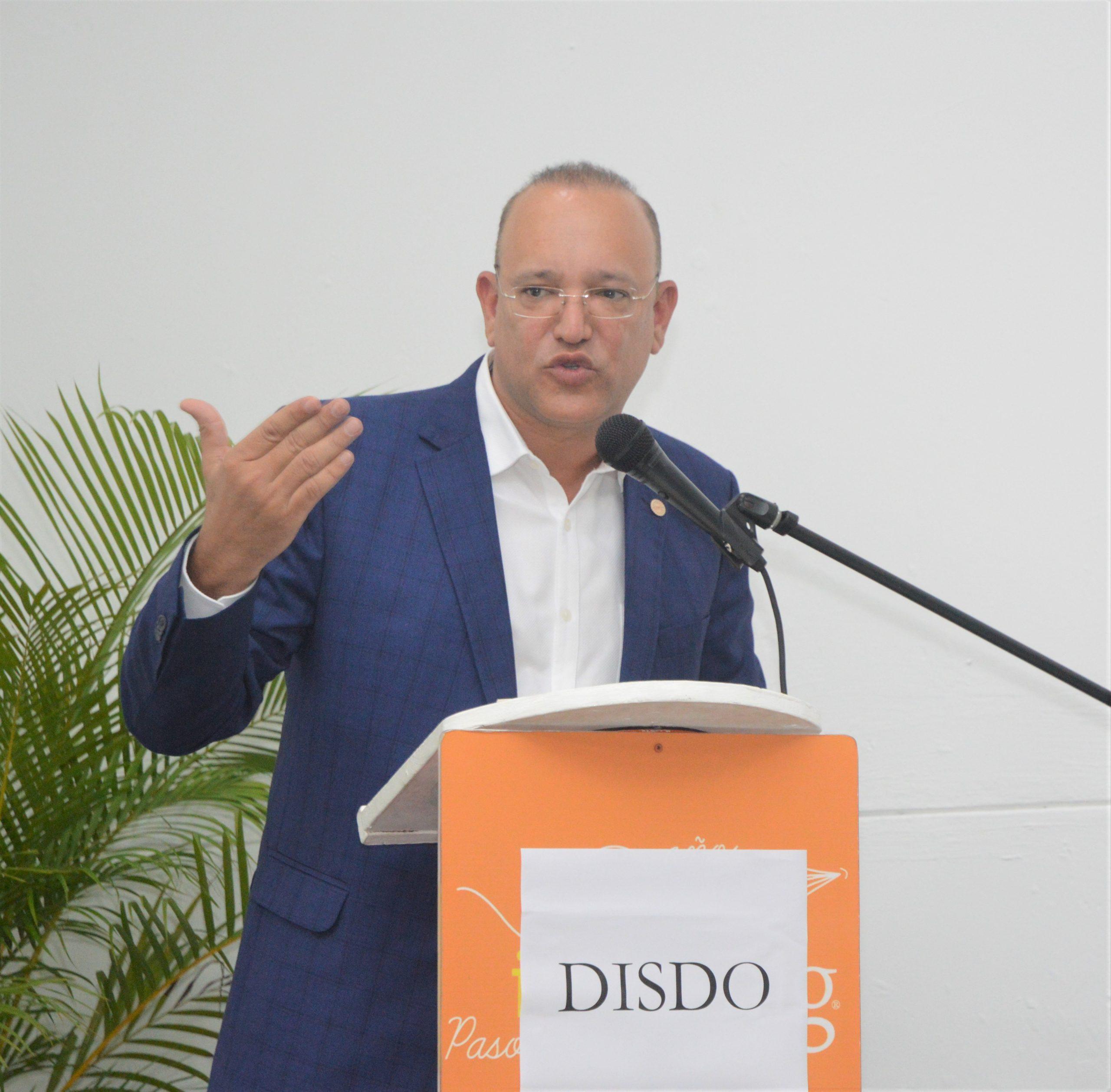 El Director general de Proindustria se dirige a los legisladores y empresarios presentes en el recorrido al parque industrial DISDO, ubicado en Santo Domingo Este