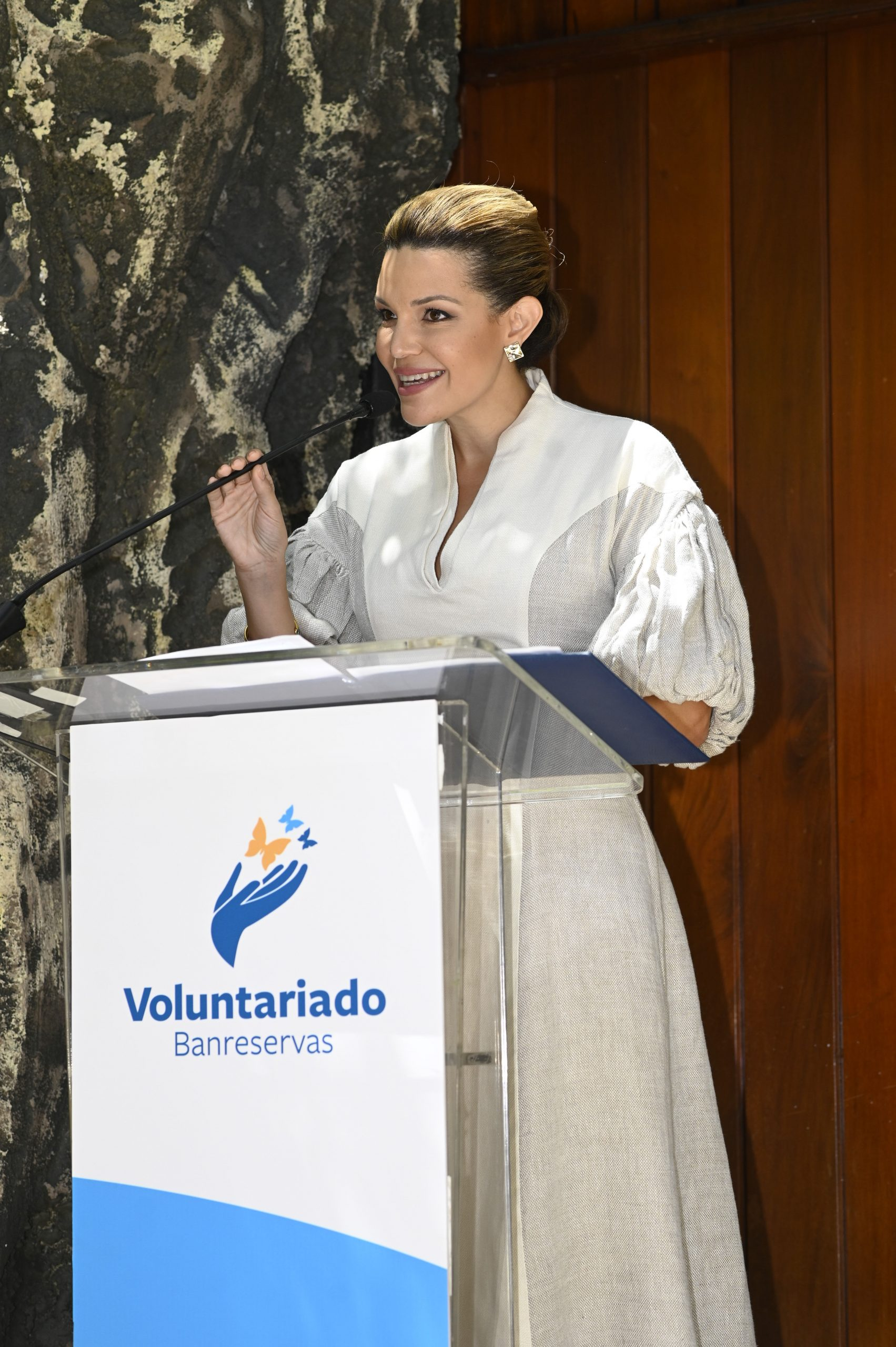 La presidenta del Voluntariado, Noelia García de Pereyra, se dirige al público que asistió a la inauguración de la exposición de Arte Sacro.