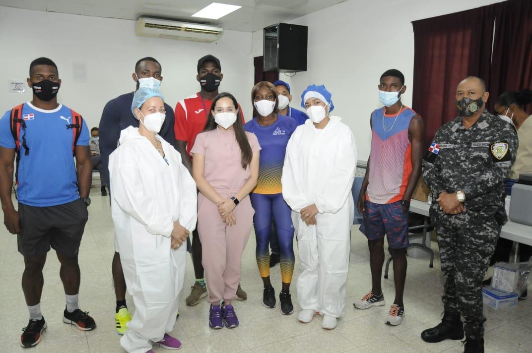 Grupo de atletas que fueron vacunados, junto al personal médico del Ministerio de Salud.