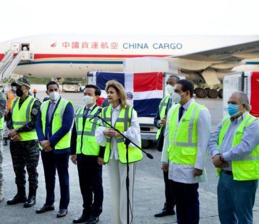 El cargamento de vacunas fue recibido por el Gabinete de Salud que coordina la vicepresidenta, Raquel Peña. (DIARIO LIBRE/RICARDO HERNÁNDEZ )
