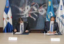 Samuel Pereyra, administrador general de Banreservas, y Rafael Blanco, presidente de ASONAHORES, firman un acuerdo de colaboración para promover el sector turístico y respaldar proyectos innovadores de las comunidades en este sector.