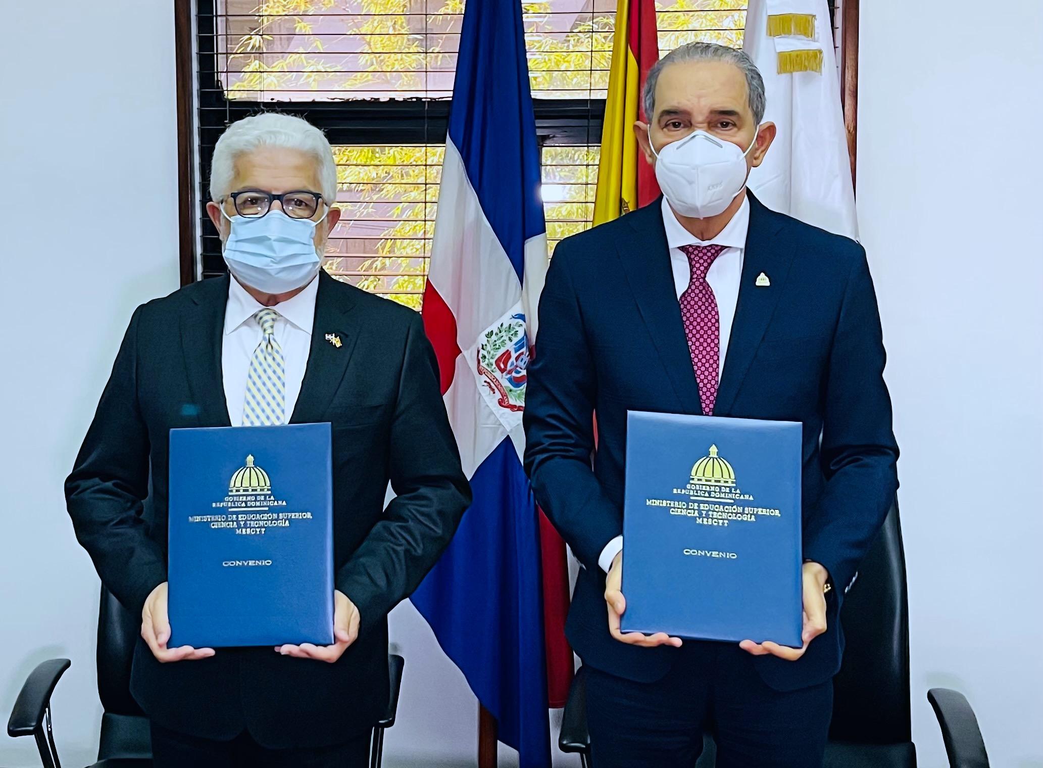 Angel Baliño-Presidente de CAMACOES y Franklin García Fermín- Ministro del MESCYT, durante y luego de la firma del acuerdo interinstitucional.