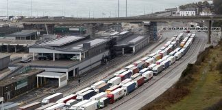 Decenas de camiones aguardan en Dover (Reino Unido) para embarcar en dirección a la costa norte francesa.DPA VÍA EUROPA PRESS / EUROPA PRESS