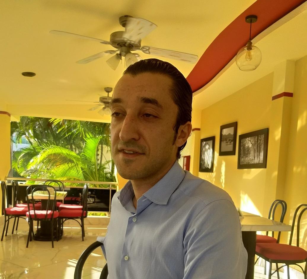 José Vaquer, gerente del Lifestyle Hollidays Vacations, habla a los medios de Santo Domingo.