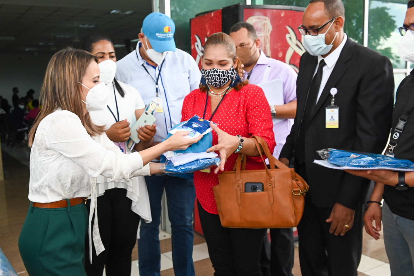 Viceministra de Gestion de Destinos del-Mitur Patricia Mejia entrega kit Semana Santa