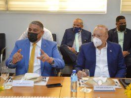 El Ministro de Interior y policía y el Director de Proindustria en el acto de presentaciòn dei dispositivo electronico antirrobo.
