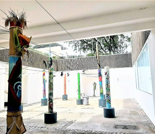 """Así fue el proceso de instalación de los 18 postes del alumbrado como propuesta a la 29 Bienal de Artes Visuales nombrada """"Palo é lú"""" del proyecto Transitando."""