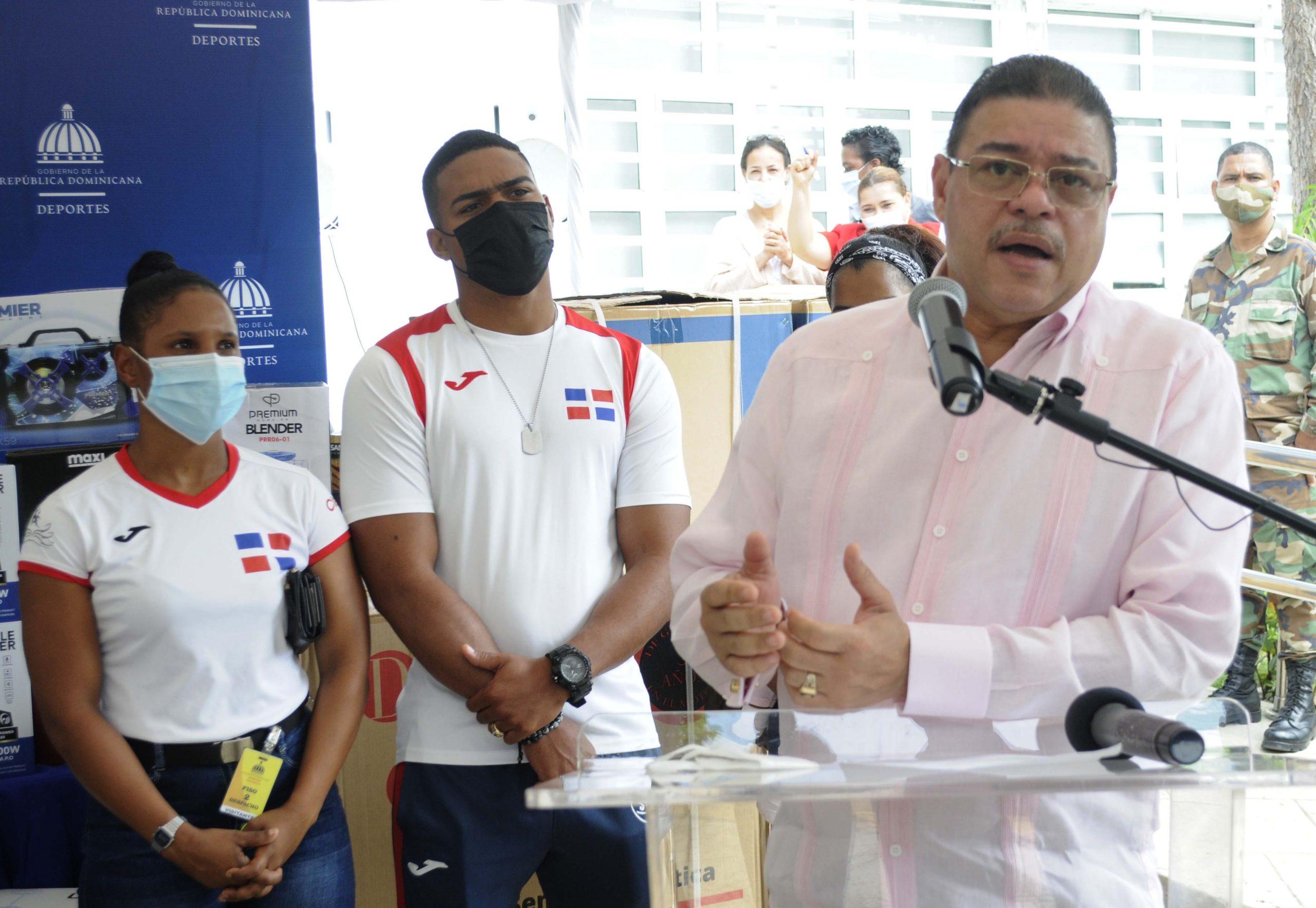 Francisco Camacho, ministro de Deportes, durante su discurso en el acto de entrega de enseres para viviendas de 6 atletas.