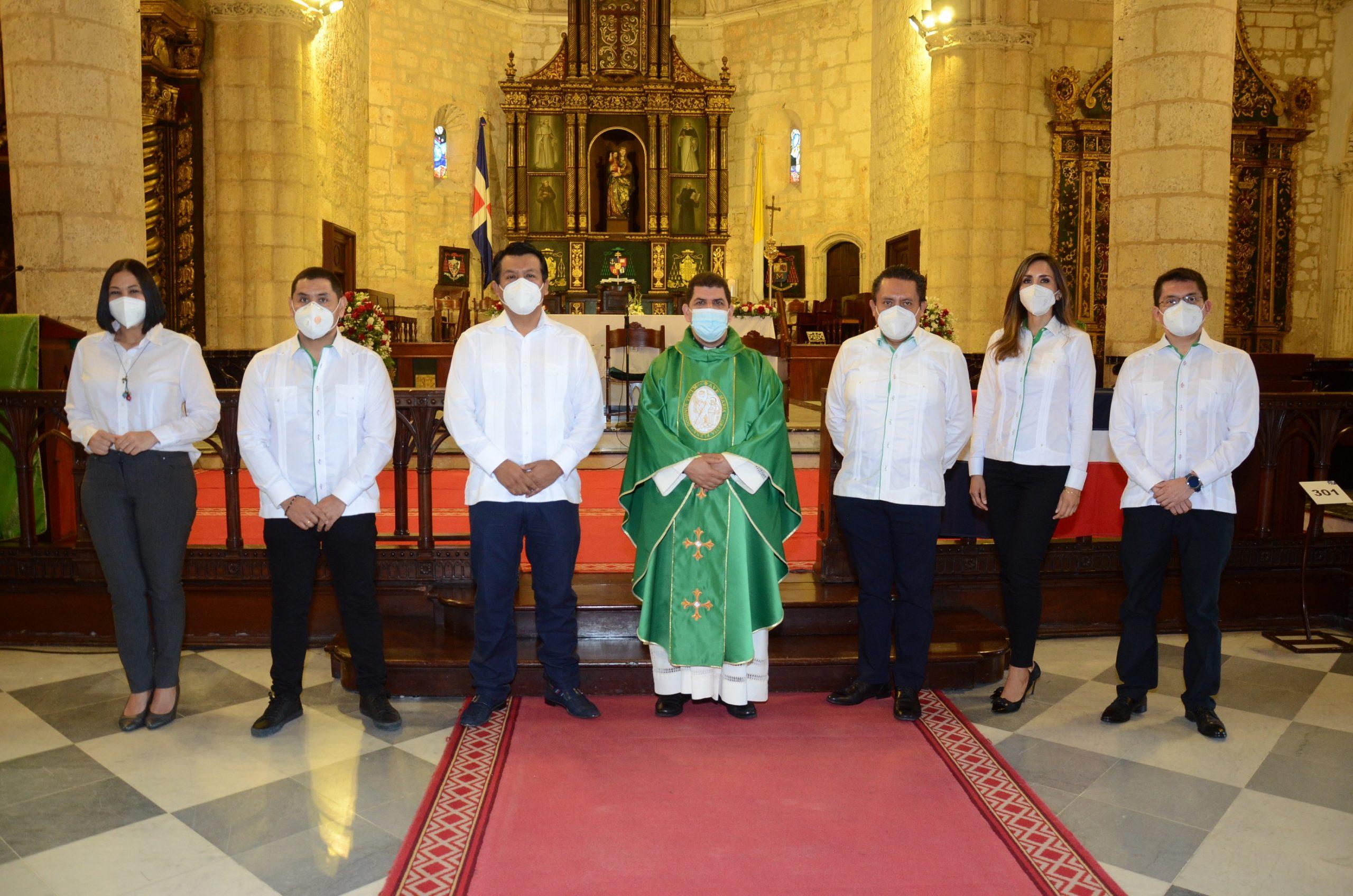 Lizzie González, Mario Medina, Arturo Marroquín, Sacerdote Nelson Clark, Carlos Butrón, Lorena Gutiérrez y Ubaldo Dedios