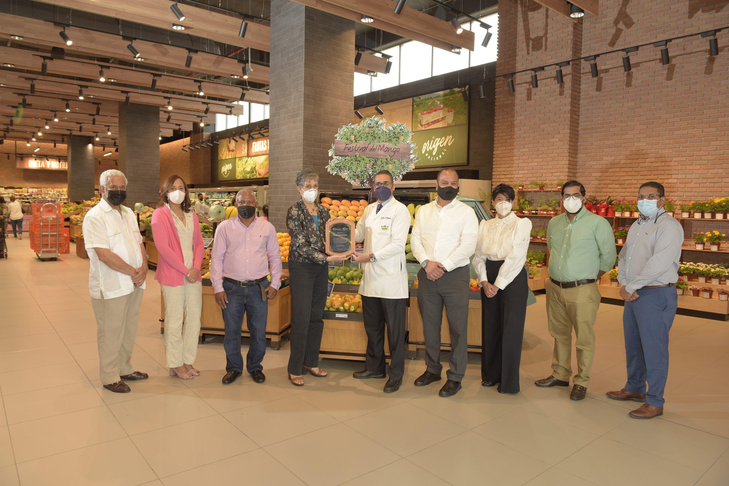 Ejecutivos de Pro Mango junto a ejecutivos de Centro Cuesta Nacional.