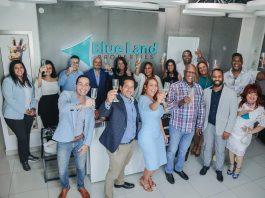 Johnny Ventura y equipo de Blue Land Universe