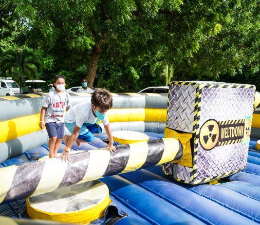 Niños disfrutando el juego del tornado