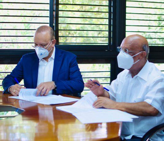 Director general de Proindustria, Ulises Rodríguez y el rector de la Universidad ISA, Benito Ferreiras.